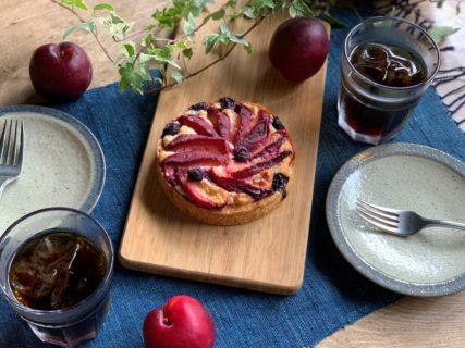 \夏のケーキ/すももとブルーベリーの夏のタルト