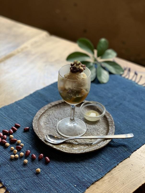 \NEW・コラボレーションメニュー/金時アイスと蜜ひよこ豆のグラスデザート~フレッシュあんずソース